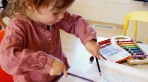 Cum îți dai seama dacă ai un copil stângaci sau dreptaci