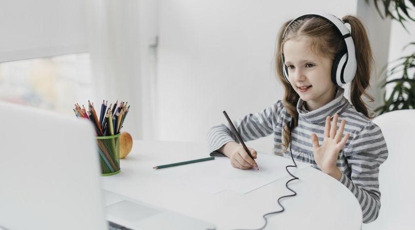 Impunerea prezenței fizice la cursuri aruncă o lumină nefavorabilă asupra școlii online